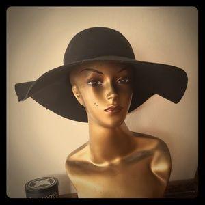 Oversize black floppy hat